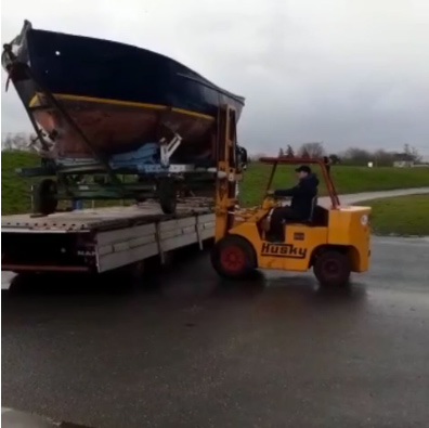 Neues Projekt an Bord! Rumpf für Tiny Houseboat eingetroffen.