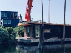 Modell Heuckenlock: Kranung des ersten Hausboots